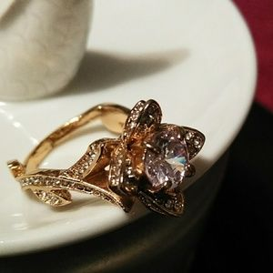 Boutique Jewelry - 🎁🎄💍 Beautiful 14kt Gold Overlay Flower Ring